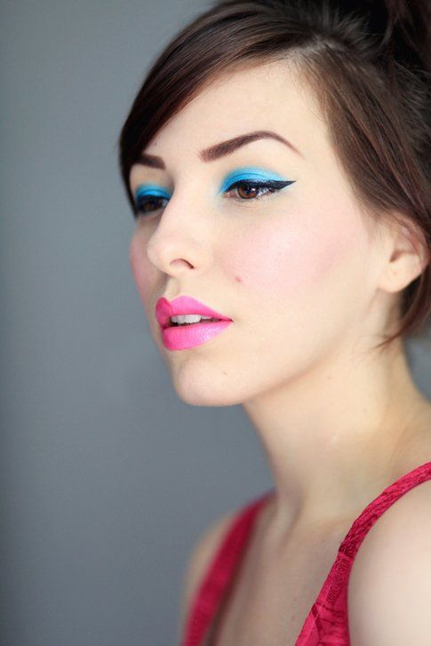 Occhi blu elettrico e labbra rosa