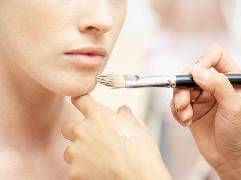 Applicare il fondotinta: pennello o dita la scelta è tua!