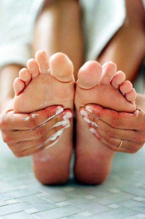 Massaggio idratante ai piedi