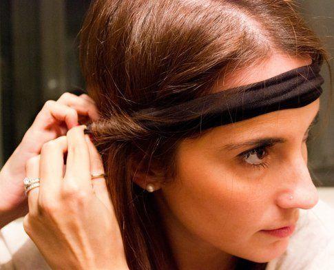 Dividi i capelli in ciocche e avvolgi a prima intorno alla fascia