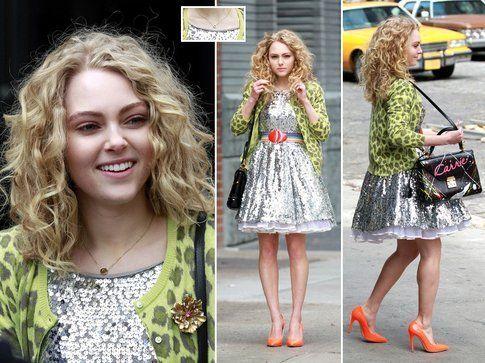 Anna nelle vesti di Carrie con ricci e make up naturali