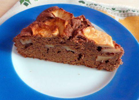 una fetta della torta con le mele al cioccolato
