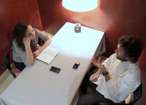 Sara durante un'intervista insieme a Carlo Cracco