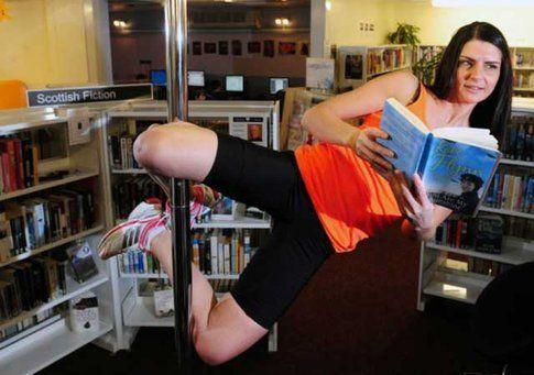 Pole dance in biblioteca - foto da arbroath