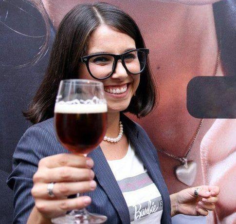 Domitilla con una bella birra (foto di Bianca Buoncristiani)