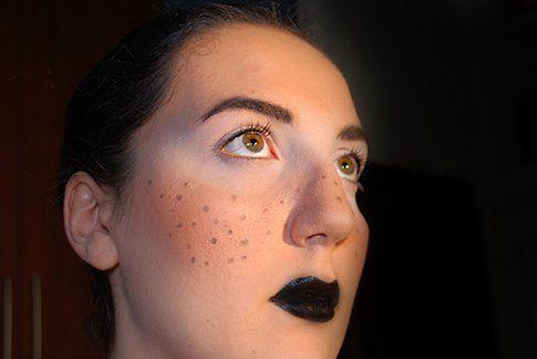 Labbra nere, lentiggini e mascherina bianca