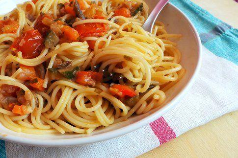 particolare del piatto di pasta con il sugo di verdure