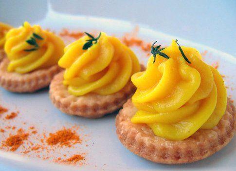 Tartellette con crema pasticcera alla curcuma (foto Pareti di Zucchero)