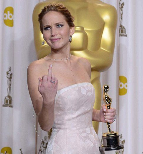 Il dito medio della Lawrence mentre posa con l'Oscar - foto da cityrag