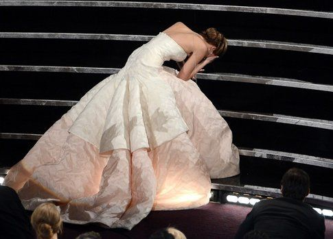 Jennifer Lawrence cade mentre va a ritirare l'Oscar - foto da giornalettismo