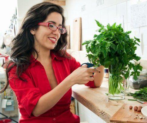 Roberta Deiana alle prese con le erbe aromatiche