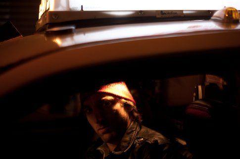 Daniel J. Wilson nel suo taxi - foto da danieljwilson
