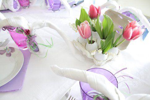 """Centrotavola per fiori, con uova svuotate bianche di """"Nel cassetto di Cri"""""""