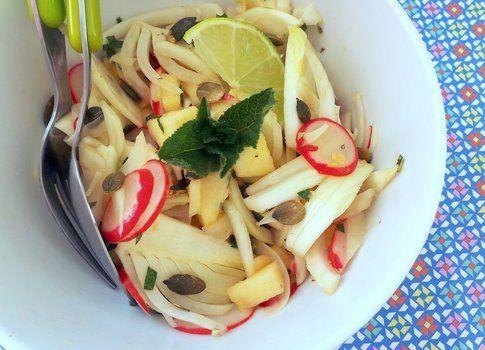 dettaglio dell'insalata finocchi mele rapanelli e semi di girasole