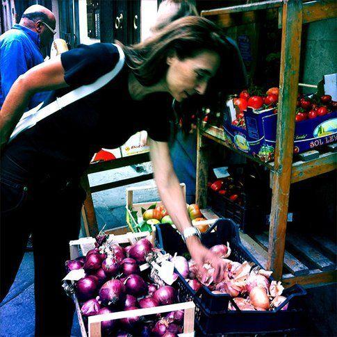 Sandra mentre compra frutta e verdura