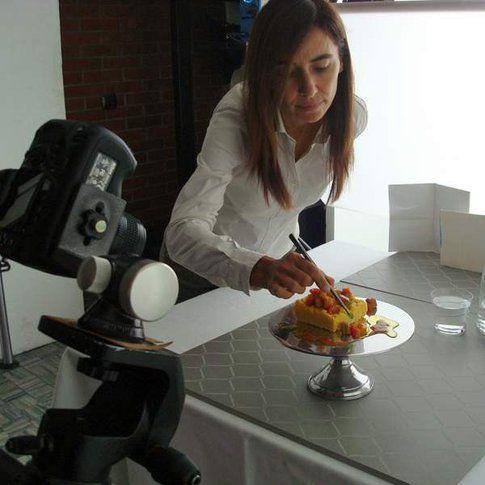 Sandra al lavoro, mentre sul set fotografico aggiusta il piatto (Credits foto di Marino Visigalli)