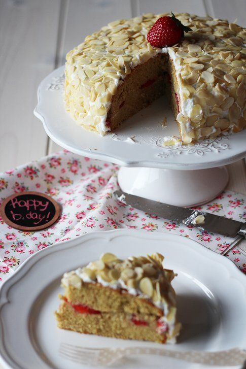 Torta di compleanno con fragole, mandorle e crema pasticcera