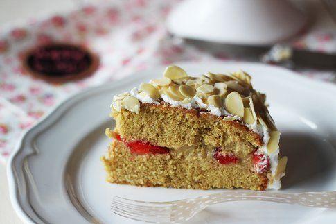 Fetta di torta all'aroma di moscato, con fragole e crema pasticcera