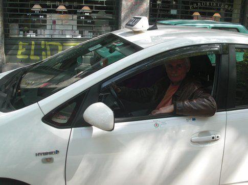 Enzo Tarsia con il suo taxi - foto concesse dallo stesso autore