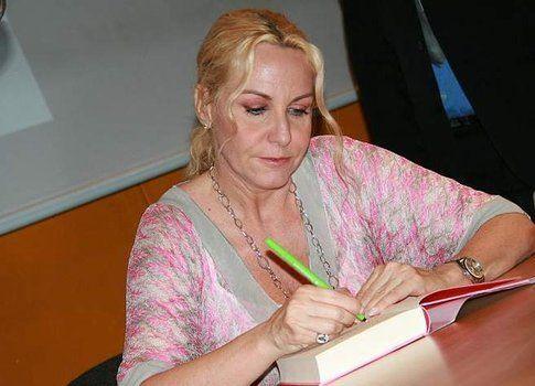 Antonella Clerici alle prese con gli autografi