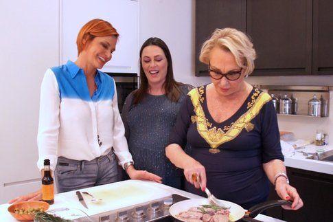 mamma Anna cucina, le figlie guardano e chissà se imparano - foto Simona Ventura official fan page