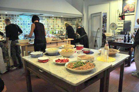 l'Associazione Fuori Moda, con cucina che ci ha ospitato (Credits Photo Alessandro Vitale)