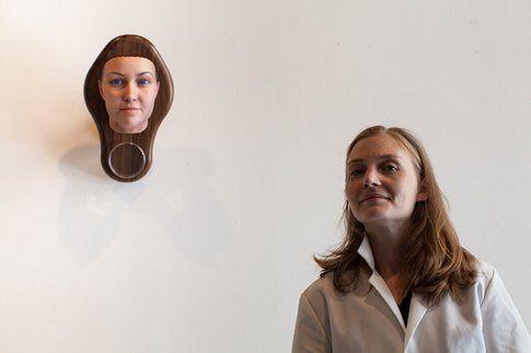 Heather Dewey-Hagborg con il suo autoritratto 3D