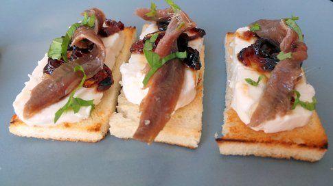 Antipasto salva euro: formaggio fresco, cipolla caramellata e acciughe