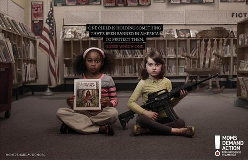 bambini con in mano armi