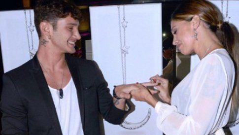 Belen mette l'anello al dito di Stefano
