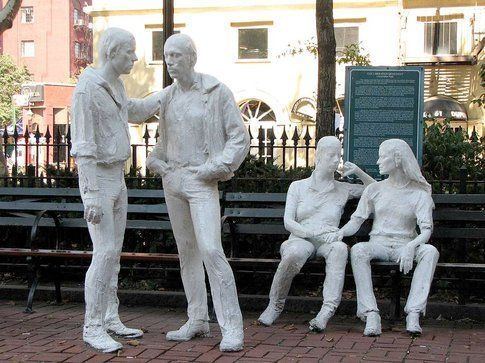 La scultura Gay Liberation di George Segal a Christopher Park, NY - foto da ufficio stampa Goware