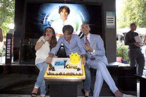 Il taglio della torta di The Cooking, mentre io magio (strano!) con Davide Oldani e Enzo Miccio
