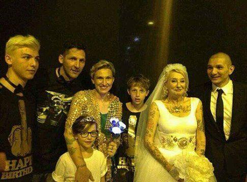 Gli sposi insieme alla famiglia Materazzi