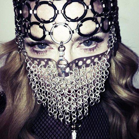 Madonna indossa la maschera niqab - foto dalla pagina facebook ufficiale di Madonna