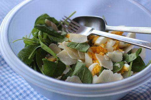 L'insalata con gli spinaci fa bene ed è un pasto completo