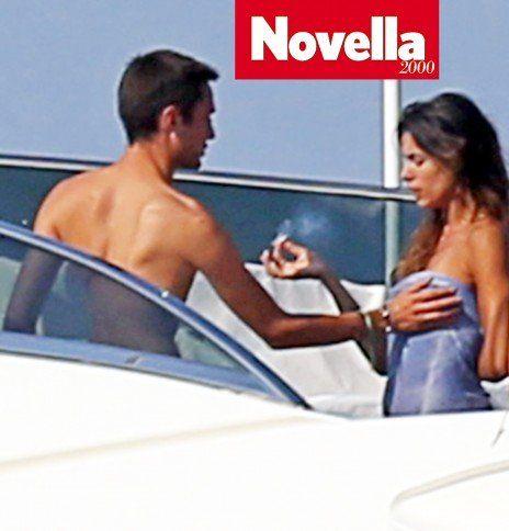 Elisabetta Canalis si fa palpeggiare il seno senza problemi