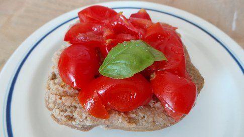 piatto con frisella pronta coperta di pomodori e basilico (Credits photo Francesca Gonzales)