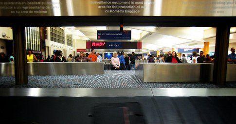 Al ritiro dei bagagli (Foto: Doug Waldron - Flickr)