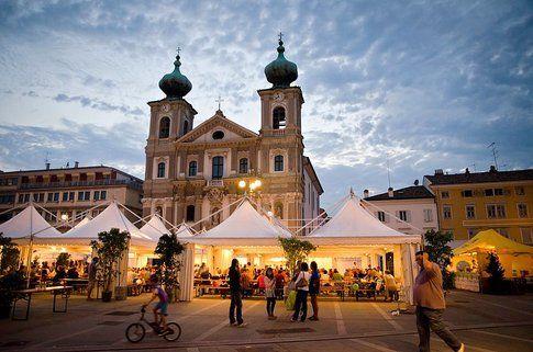 Vista notturna del Festival Vegetariano a Gorizia (foto archivio del Festival Vegetariano)