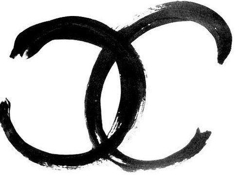 Il logo bianco e nero della maison, fonte Vogue.it