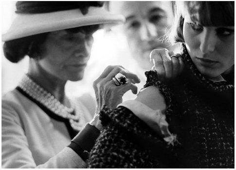 Un frame di Chanel intenta a realizzare un abito