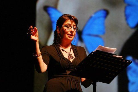 Serena Dandini durante lo spettacolo Ferite a morte - foto da Feriteamorte.it