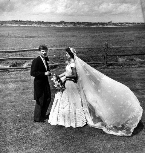 Jackie e John F. Kennedy nel giorno del loro matrimonio - foto da John F. Kennedy Presidential Library and Museum