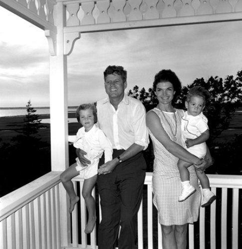 Jackie e John F. Kennedy posano con i figli - foto da John F. Kennedy Presidential Library and Museum