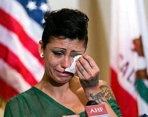 Cameron Bay in lacrime durante la conferenza stampa - immagine da bbc