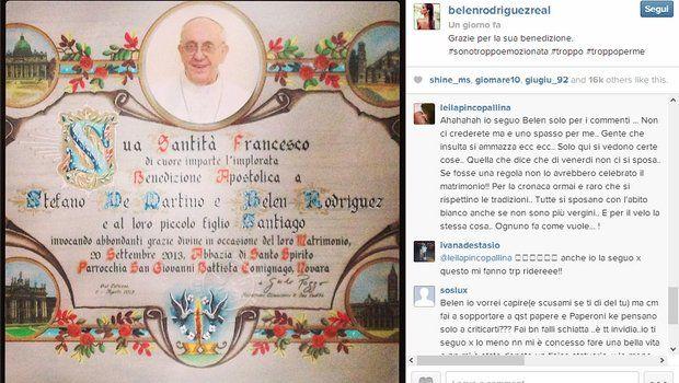 Belen Rodriguez riceve la benedizione papale e scoppia la polemica