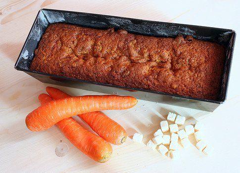 lo stampo con il plumcake alle carote e cocco pronto