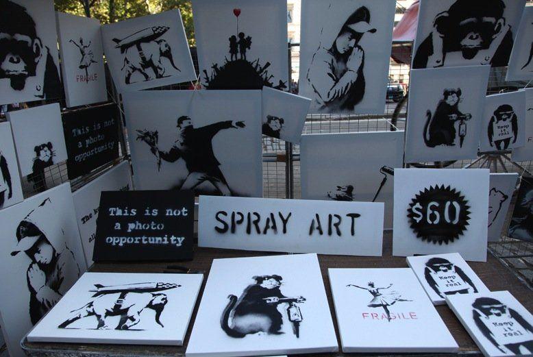 Tele originali di Bansky su una bancarella di Central Park: l'arte che fa notizia