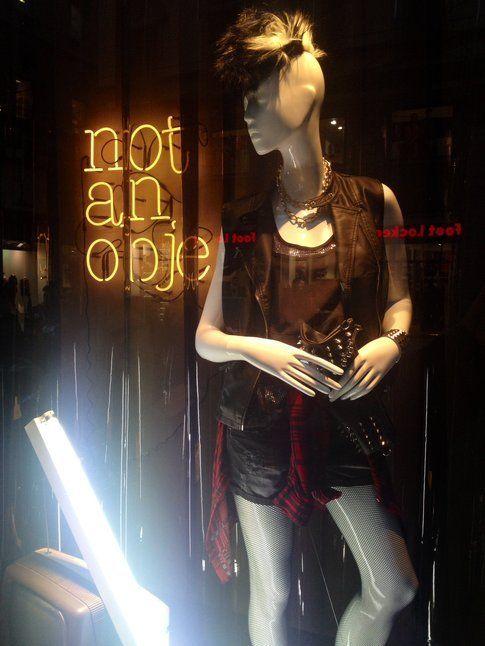 una vetrina da OVS dedicata al tema Rock
