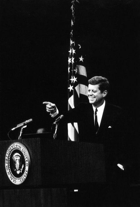 Kennedy ad un comizio - foto da John F. Kennedy Presidential Library and Museum